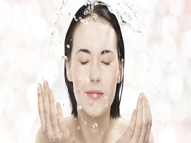 3 bí quyết rửa mặt với rượu trắng làm sáng da, căng bóng