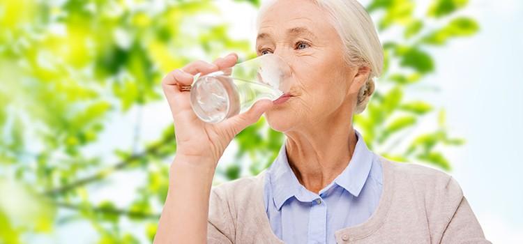 Người cao tuổi cần uống đủ nước để thải độc trong cơ thể