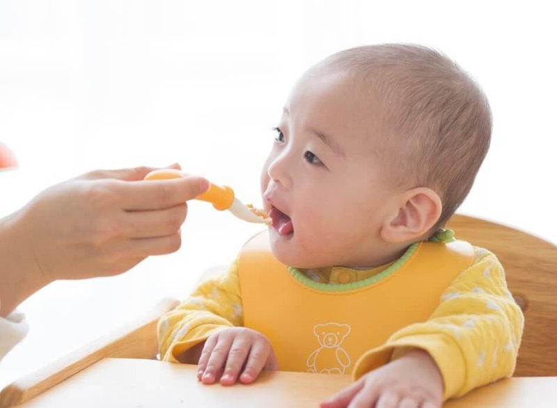 Trẻ từ 6 đến 24 tháng tuổi nên ăn và uống gì phù hợp?