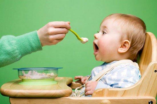 Làm sao để giúp trẻ làm quen với đồ ăn dặm?